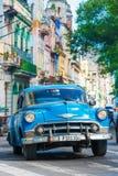 De oude klassieke auto's gebruikten taxis in Havana Stock Foto's