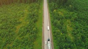 De oude kleine olietankervrachtwagen drijft onderaan de snelweg langs een wild bos stock videobeelden