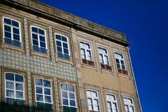 De oude kleurrijke bouw en voorgevels tegen de blauwe hemel in het historische centrum van Porto, Portugal royalty-vrije stock foto