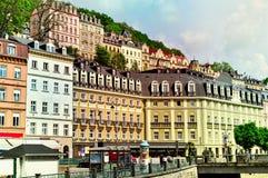 De oude kleurrijke gebouwen in Karlovy variëren, Tsjechische Republiek stock foto