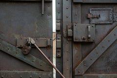 De de oude klink en bar van het metaalslot stock afbeelding
