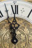 De oude klok toont tijd Stock Foto's