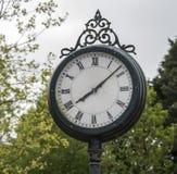 De oude klok van de metaalpost Royalty-vrije Stock Foto's