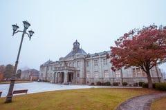De oude klokketoren op het dak van het oude gebouw heeft rode bladeren, oranje en blauwe hemel De herfst in Yamagata, Japan, Wijn royalty-vrije stock fotografie
