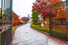 De oude klokketoren op het dak van het oude gebouw heeft rode bladeren, oranje en blauwe hemel De herfst in Yamagata, Japan, Wijn stock afbeelding
