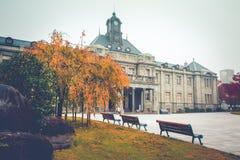 De oude klokketoren op het dak van het oude gebouw heeft rode bladeren, oranje en blauwe hemel De herfst in Yamagata, Japan, Wijn royalty-vrije stock foto's