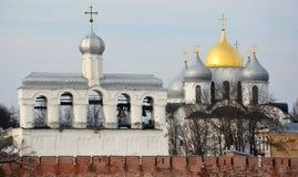De Oude klokketoren van Velikynovgorod- en St Sofia kathedraal royalty-vrije stock foto's