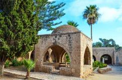 De oude kloosterwerf met de mooie fontein in tuin, Ayia Napa, Cyprus stock foto