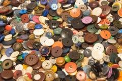 De oude knopen Knopen in een oude metaaldoos Royalty-vrije Stock Fotografie