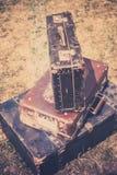 De oude koffers stapelen retro stijl op Stock Foto