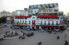 De oude koloniale bouw en rotonde met het Oude Kwart Vietnam van Hanoi ` s van snel voedselrestaurants royalty-vrije stock foto