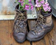 De oude laarzen van Repurposing royalty-vrije stock afbeelding