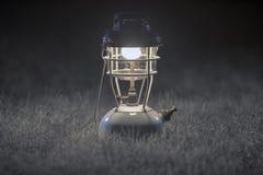 De oude lampen van de messingskerosine, Antieke messingslamp, Nacht het kamperen lantaarn, op Grijze grasachtergrond Zachte nadru royalty-vrije stock afbeeldingen