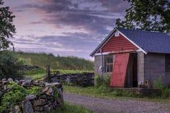De oude landbouwbedrijfbouw bij dageraad Royalty-vrije Stock Fotografie