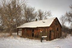 De oude landbouwbedrijfbouw in de winterlandschap royalty-vrije stock afbeeldingen