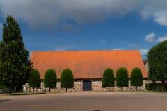 De oude landbouwbedrijfbouw met de muur van de steenkei Royalty-vrije Stock Afbeelding