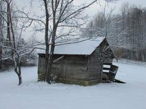 De oude Landbouwbedrijfbouw met Sneeuw Stock Foto