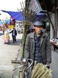 De oude landbouwer in yuantongstad in Sichuan, China stock fotografie