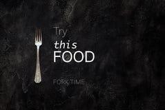 De oude landhuisvork met tekst probeert dit voedsel op concrete hoogste mening Stock Fotografie