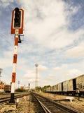 De oude lichte pool van het spoorwegsignaal stock foto