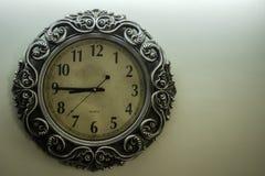 De oude Lichtgele Achtergrond die van Ontwerperwall clock with uur van het tijd08:45 en vrije spac op rechterkant tonen stock foto