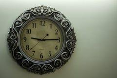 De oude Lichtgele Achtergrond die van Ontwerperwall clock with uur van het tijd09:15 en vrije spac op rechterkant tonen stock foto