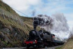 De oude locomotief, trein, produceert een pijler van stoom royalty-vrije stock fotografie