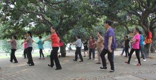 De oude man aan praktijk het dansen Stock Afbeeldingen
