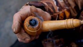 De oude man die een pijp roken stock footage