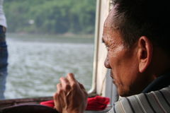 De oude man en de rivier stock fotografie