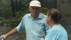 De oude man en de oude vrouw hebben een gesprek in park stock videobeelden
