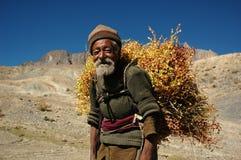 De oude man in het Himalayagebergte royalty-vrije stock afbeelding