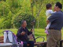 De oude man toont erhu stock afbeeldingen