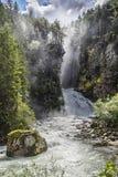 De oude man van het hout en de watervallen op de Italiaanse Alpen Royalty-vrije Stock Foto's