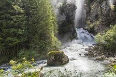 De oude man van het hout en de watervallen op de Italiaanse Alpen Royalty-vrije Stock Foto