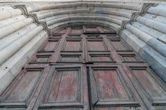 De oude marmeren boog en de wijnoogst barstten houten deur stock foto