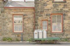 De oude melkkarntonnen op een kar, goathland plaatsen, Yorkshire, Engeland Royalty-vrije Stock Foto's