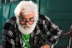 De oude mens kijkt - Oudste Stock Foto