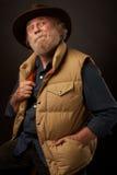 De oude mens met dient in openlucht zak in Stock Foto