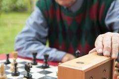 De oude mens stelde schaakklok terug Stock Foto's