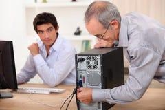 De oude mens stopt een computer Royalty-vrije Stock Foto's