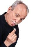 De oude mens wil een pil nemen Stock Foto's