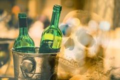 De oude menselijke schedel legt op de grond stock fotografie