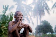 De oude mensen roken Royalty-vrije Stock Afbeeldingen