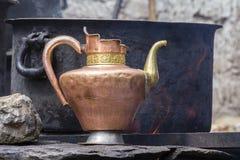 De oude met de hand gemaakte tibetan waterkruik, sluit omhoog India, Ladakh stock afbeelding