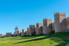 De oude middeleeuwse stadsmuur van Avila stock afbeeldingen