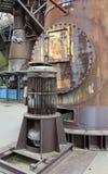 De oude motor, de flenzen en de oude metaalbouw Stock Afbeelding