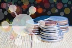 De oude muntstukken op houten vloeren zijn op financiën van toepassing Royalty-vrije Stock Foto's