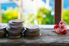 De oude muntstukken op houten vloeren zijn op financiën van toepassing Stock Fotografie