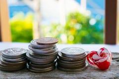 De oude muntstukken op houten vloeren zijn op financiën van toepassing Stock Afbeeldingen